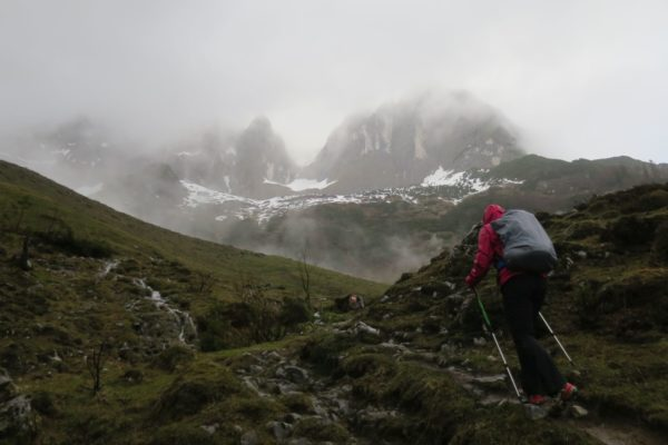der Nebelschleier öffnet sich kurz für einen Gipfelausblick
